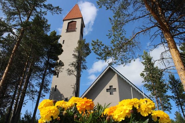 Hetan kirkko. Kauniista kirkosta löytyy myös leikkinurkkaus lapsille siltä varalta jos aika käy pitkäksi kirkonmenojen aikaan. Kuva: KivaaTekemistä.fi