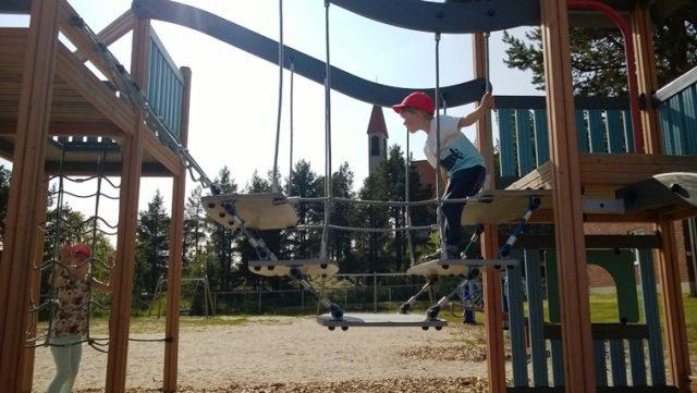 Hetan keskustasta, kirkon lähistöltä, löytyy monipuolinen leikkipaikka lapsille. Kuva: KivaaTekemistä.fi