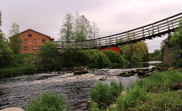 Jokipiin Pellavan tehdasrakennusten takaa löytyy vanha riippusilta. Kuva: KivaaTekemistä.fi