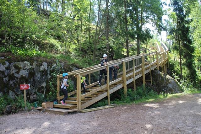 Uutta - yläradoille johtavat portaat maastossa. Kuva: KivaaTekemistä.fi