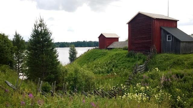 Vasemmalla Lamminahon tilan vahin rakennus törmäaitta vuodelta 1793. Kuva: KivaaTekemistä.fi