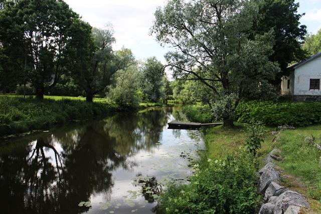Kauniita jokimaisemia Sjundbyn linnan ja Café Sjundbyn vieressä. Kuva: KivaaTekemistä.fi