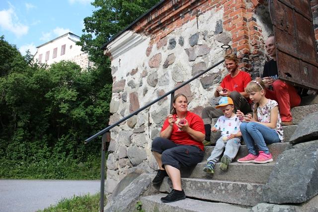 Herkutteluhetki Café Sjundbyn portailla. Kuva: KivaaTekemistä.fi