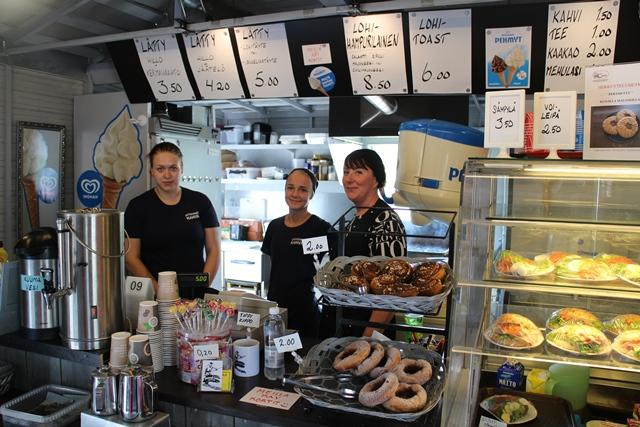 Uittotunnelin kahvila työllistää kesäisin 4 työntekijää. Tarja ja kesätyöntekijät Heidi (keskellä) ja Jenni. Kuva: KivaaTekemistä.fi