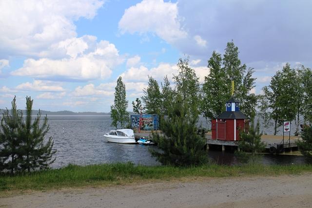 Uittotunnelin Kahvilan ranta ja vanha kahvilarakennus. Kuva: KivaaTekemistä.fi