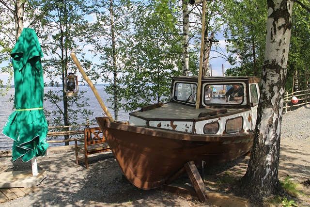 Kari on hyvillä puusepäntaidoillaan kunnostanut veneen kuivalle maalle lapsien ja vähän aikuistenkin iloksi. Kuva: KivaaTekemistä.fi
