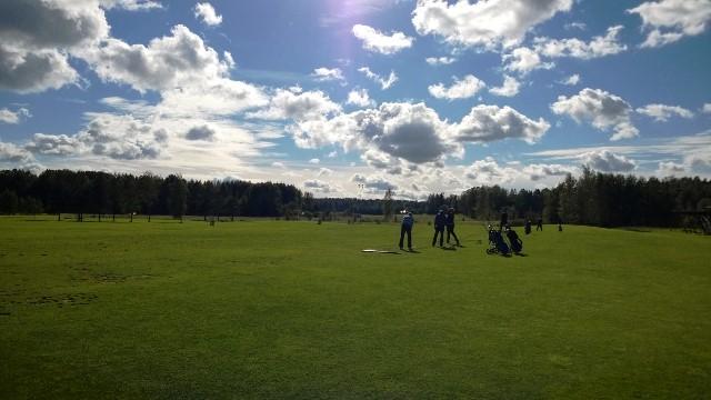 Golf Talman Par 3 -kentän harjoitusrangella meno vilkastui iltaa kohden. Kuva: KivaaTekemistä.fi