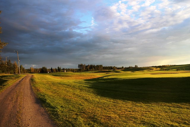 Revontulen golfkenttä ilta-auringossa. Kuva: KivaaTekemistä.fi