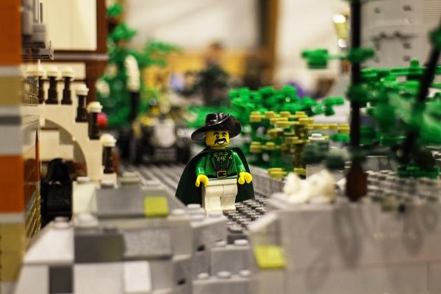 Näytteillä olevista LEGO-rakennelmista löytyi hauskoja yksityiskohtia. Kuva: KivaaTekemistä.fi