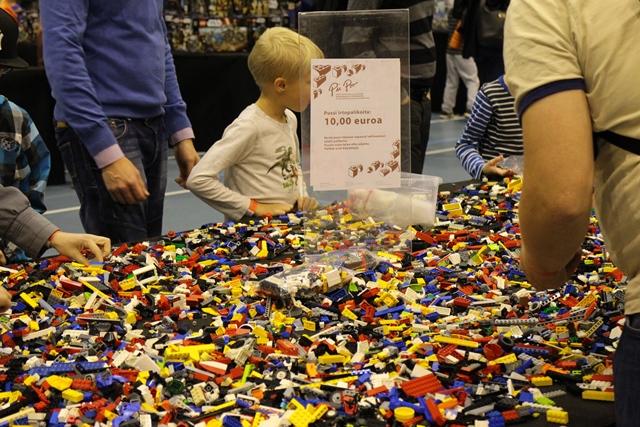 Tapahtumassa oli myös legojen myyntipiste, josta oli mahdollisuus ostaa erilaisten LEGO-sarjojen lisäksi myös irtolegoja. Irtolegoja saa myös Pii Poon myymälöistä ja verkkokaupasta. Kuva: KivaaTekemistä.fi
