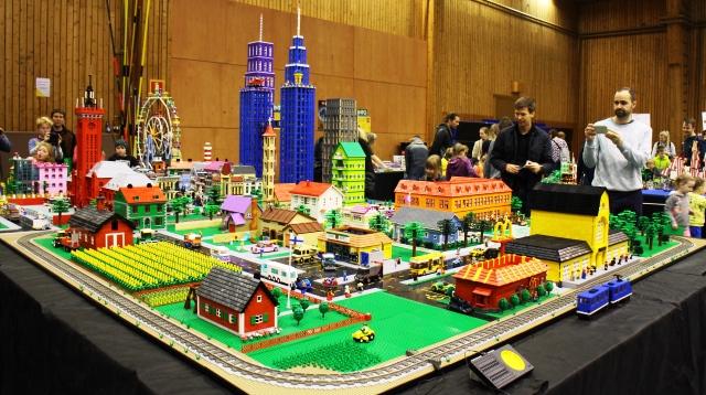 Legot voivat olla myös koko perheen harrastus. Kuvassa Lönnqvistin perheen legokaupunki. Kuva: KivaaTekemistä.fi