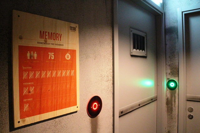 Sellin ulkopuolella oleva kyltti kertoo tehtävän maksimipistemäärän, suositellun henkilömäärän sekä sen, millaisia taitoja tehtävän suorittaminen vaatii. Kuva: KivaaTekemistä.fi