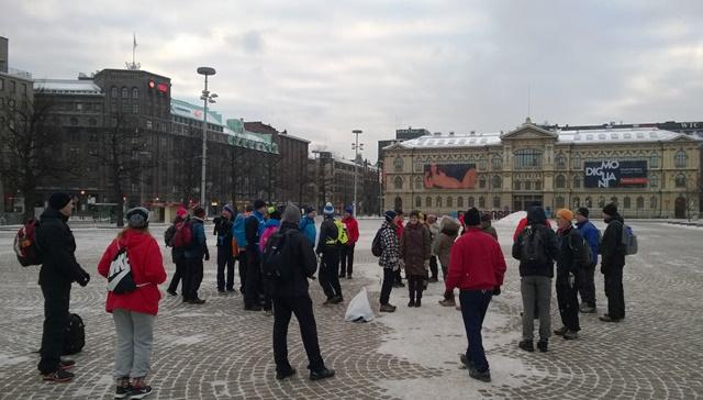 Porukka kokoontuu Rautatientorille 5.11. klo 9. Taustalla Ateneum. Kuva: KivaaTekemistä.fi