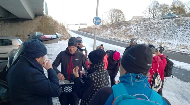 Kävelyn puuhamies Jarmo Hovinen - glögi ja munkit kelpasivat ohikulkijoillekin. Kuva: KivaaTekemistä.fi