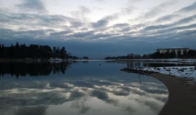 Helsinki on kaunis. Herttoniemen kartanon puiston rantoja, vasemmalla Killingholma ja Laajasalo. Herttoniemi. Kuva: KivaaTekemistä.fi