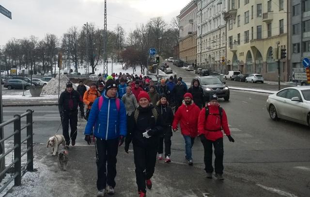 Ullanlinna ja Kaivopuisto jäävät taakse. Edessä Anne Partanen ja Aurora Auraskorpi. Kuva: KivaaTekemistä.fi