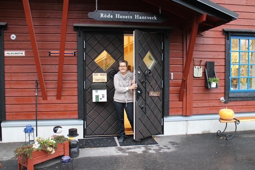 Punaisen Talon aktiiveihin kuuluva Irja Vesterinen toivotti meidät tervetulleeksi Gumbostrandin Punaiseen Taloon. Kuva: KivaaTekemistä.fi