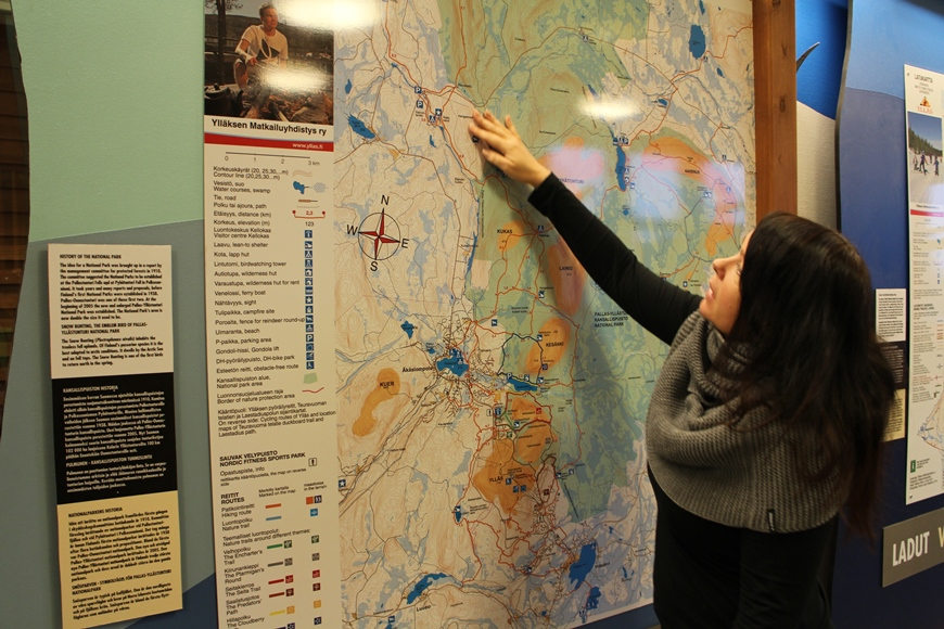 Laura näyttää sopivia reittejä. Kuva: KivaaTekemistä.fi