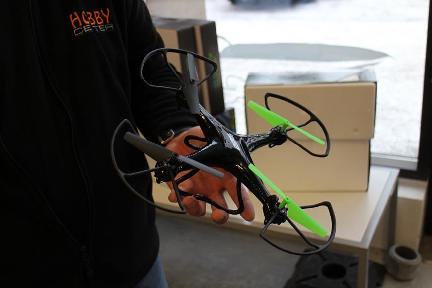 Tämä edullinen drone sopii myös sisäkäyttöön ja siinä on pieni kamera, jonka voi kytkeä älylaitteeseen. Kuva: KivaaTekemistä.fi