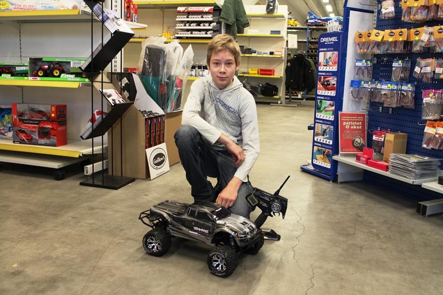 Tet-harjoittelija Nico esitteli omaa Monster-autoaan. Kuva: KivaaTekemistä.fi