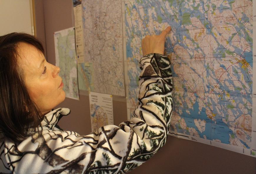 Teija näytti kartasta koiravaljakkolatua ja aapasuoalueita. Kuva: KivaaTekemistä.fi