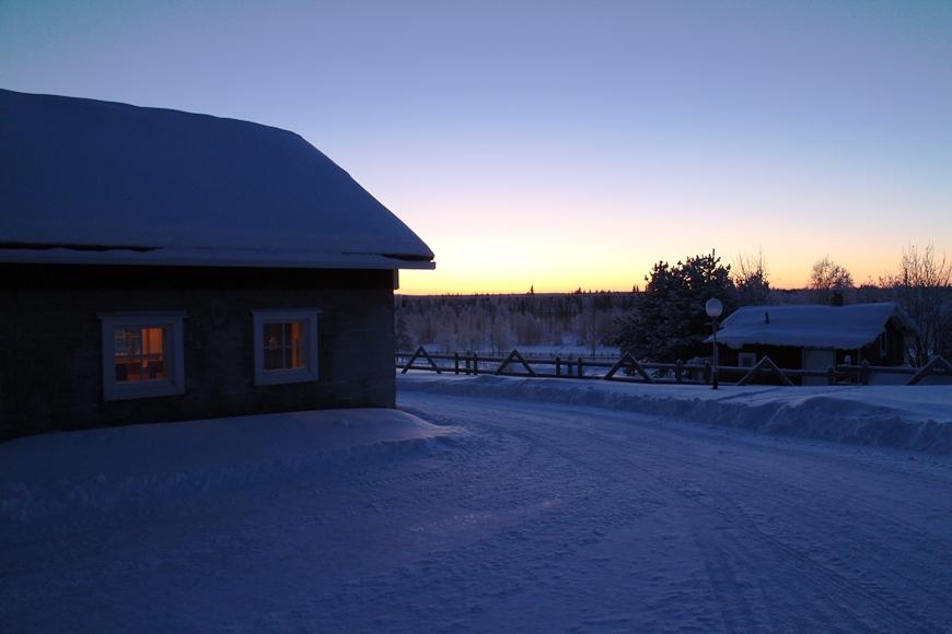 Hietalan pihan kunnostettu navetta, jossa sisällä mm. latobaari ja lämmin tila teatteriesityksiä varten. Kuva: KivaaTekemistä.fi