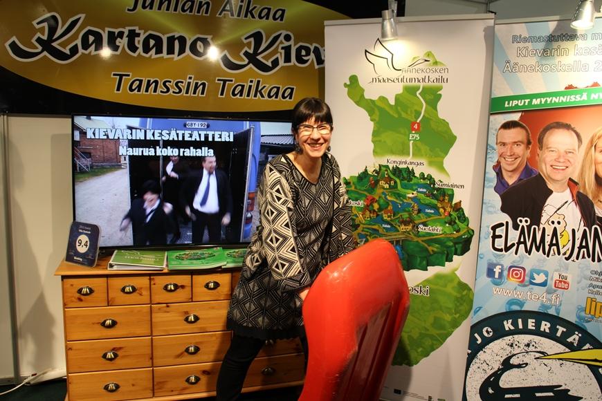 Äänekosken maaseutumatkailun iloinen Outi Raatikainen kertoi, mitä on koskikelkkailu. Kuva: KivaaTekemistä.fi / LikeFinland.com