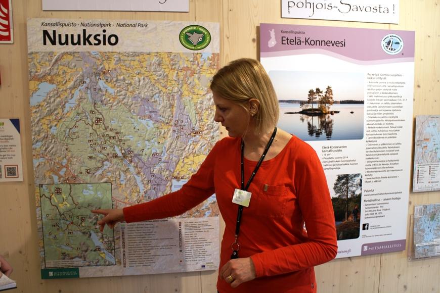 Katja näytti kartalta Nuuksionpään, johon pääsee bussilla ympäri vuoden. Kuva: KivaaTekemistä.fi
