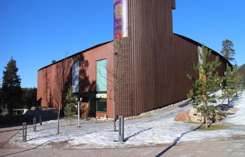 Haltia sijaitsee upealla paikalla Nuuksion Pitkäjärven yläpuolella, taustalla Nuuksion kansallispuisto. Kuva: KivaaTekemistä.fi