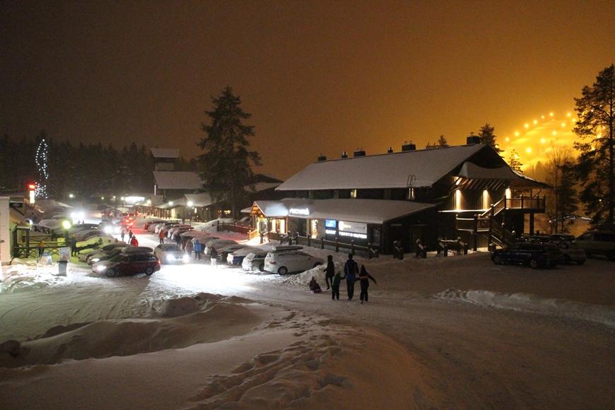 Tahko-keskuksen alapihalla on sesonkina ruuhkaa. Vasemmalle jää Break Sokos Hotel Tahko, oikealla edessä SkiMac Promenade ja taaempana ravintola-yökerho Piazza ja uusi ravintola Mosquito. Kuva: KivaaTekemistä.fi