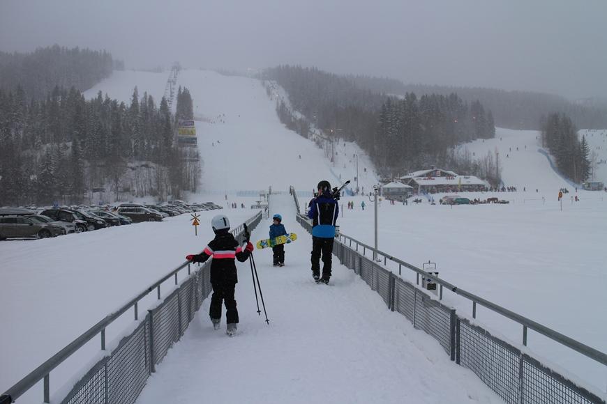 Tahkonsiltaa pitkin pääsee näppärästi Tahkolahden yli vuodenajasta riippumatta. Jäällä on talvisin parkkipaikka. Kuva: KivaaTekemistä.fi