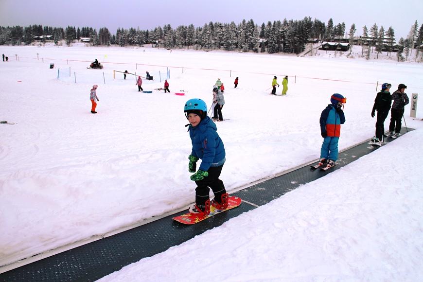 Viime vuosina yleistynyt mattohissi on varsinkin lumilautailua aloittelevalle tosi näppärä. Kuva: KivaaTekemistä.fi