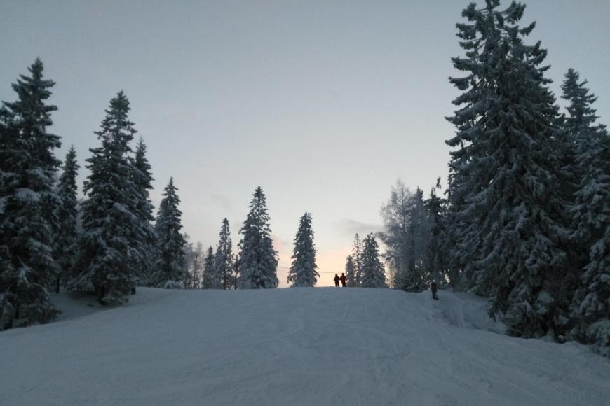 Tämän rinteen nimi on osuvasti Auringonlasku. Kuva: KivaaTekemistä.fi