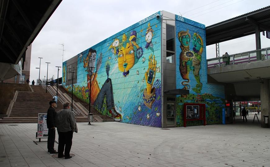 Petteri Niskanen kertoo, kuinka UnKolorDistonto -taiteilijaduo Chilestä saapui v. 2015 Euroopan kiertueelle ja loihti ensimmäisenä Myyrmäen aseman seinät. Seuraavina olivat vuorossa Lontoo, Pariisi, Barcelona ja Berliini. Kuva: KivaaTekemistä.fi