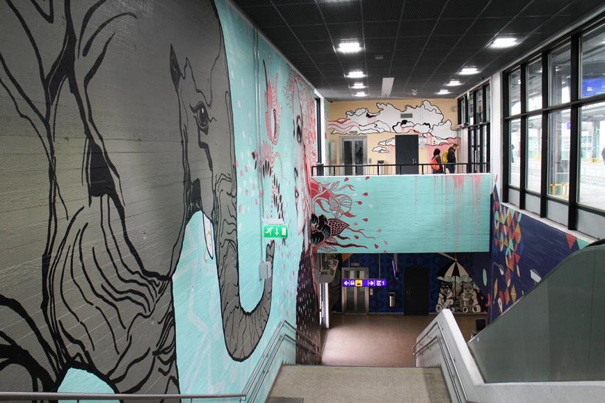 Myyrmäen asemahallin sisätiloissa on mm. pääkaupunkiseutulaisen Multicoloured Dreams -ryhmän muraaleja. Asema remontoitiin 2 vuotta sitten. Kuva: KivaaTekemistä.fi