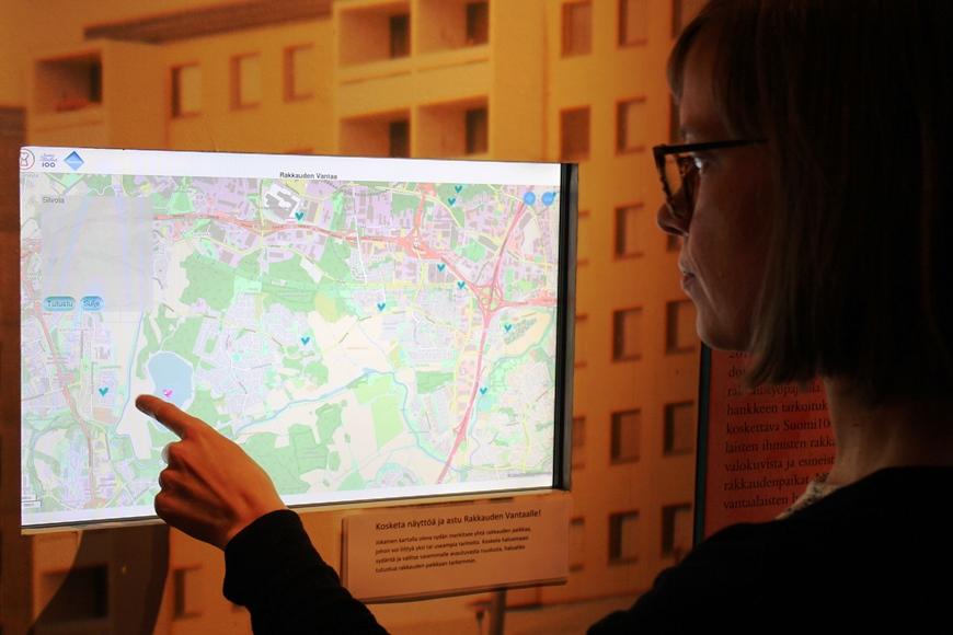 Marjo esittelee kartalta rakkauskyselyyn osallistuneille vantaalaisille merkittäviä paikkoja. Kuva: KivaaTekemistä.fi