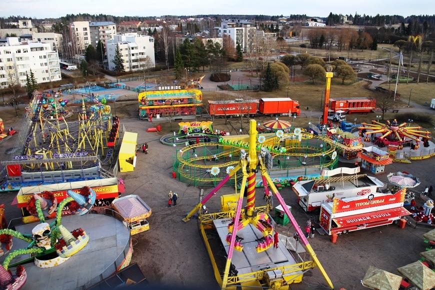 Järvenpään Rantapuisto ja tivolialue maailmanpyörästä katsottuna. Kuva: KivaaTekemistä.fi