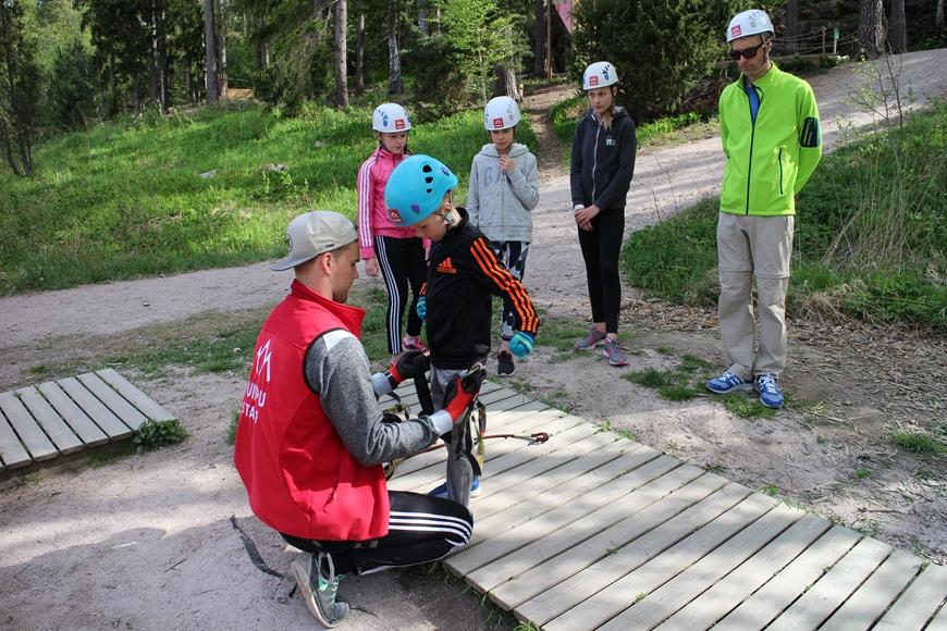 Sami pukee Eetulle lastenvaljaat. Kuva: KivaaTekemistä.fi