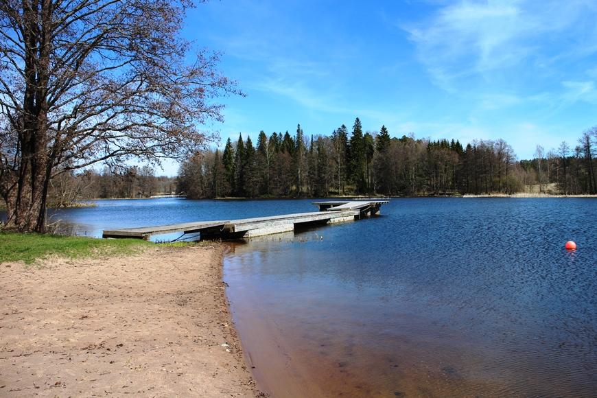 Mustionjoen uimaranta Hållsnäsintiellä, 400 m Mustion Linnasta etelään, on lapsiystävällinen. Viereen rakentuu kaupungin leikkipuisto kesäksi. Kuva: KivaaTekemistä.fi