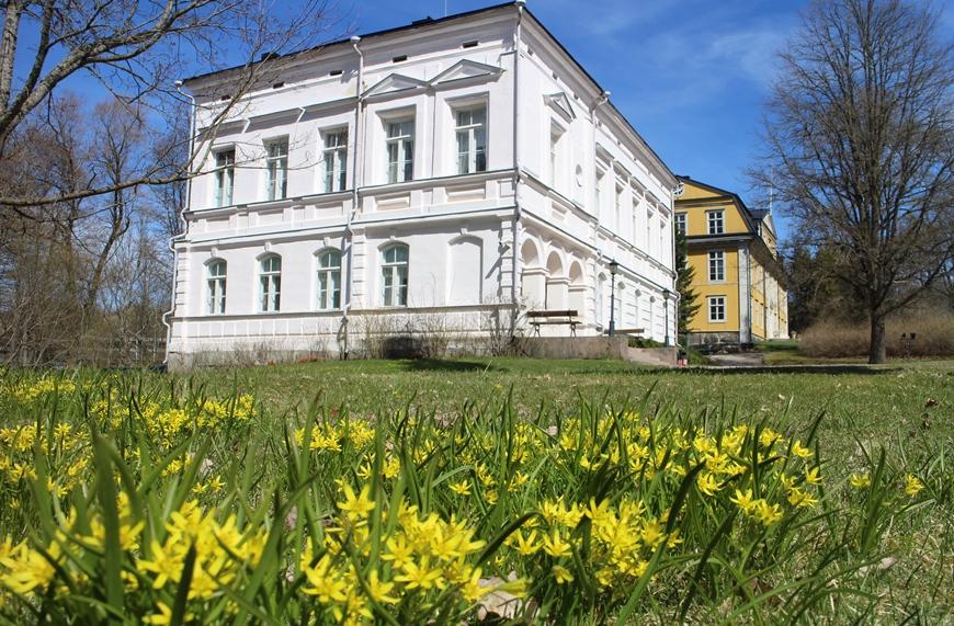 Mustion Linnan päärakennuksen vieressä sijaitseva näyttävä valkoinen 'Edelfelt' on rakennettu 1800-luvulla kuuluisan arkkitehti Edelfeltin piirustusten mukaan. Kuva: KivaaTekemistä.fi