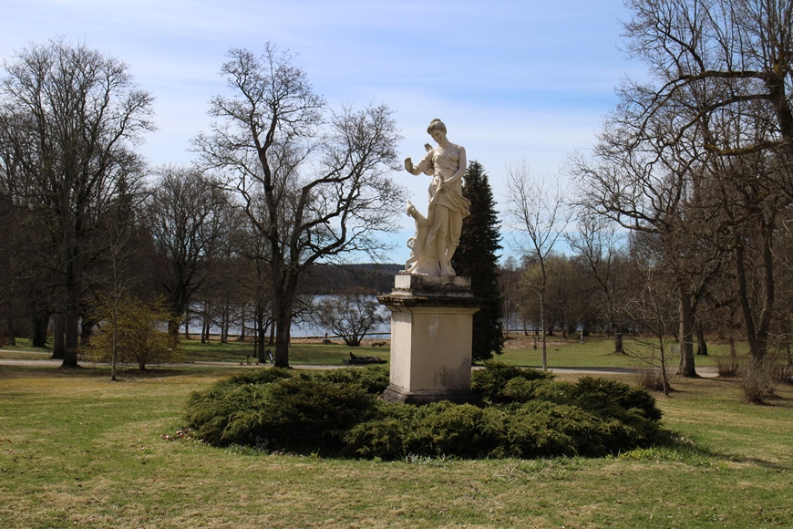 Mustion Linnan puistoalueelta löytyy paljon patsaita, joita on mukava etsiä myös lasten kanssa. Kuva: KivaaTekemistä.fi
