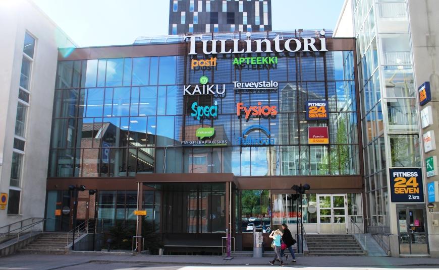 Uudistuneeseen Tullintorin kauppakeskukseen, Hotelli Tornin ja rautatieaseman läheisyydessä, on hyvät julkiset liikenneyhteydet. Alueelta löytyy myös maksullisia parkkipaikkoja. Kuva: KivaaTekemistä.fi