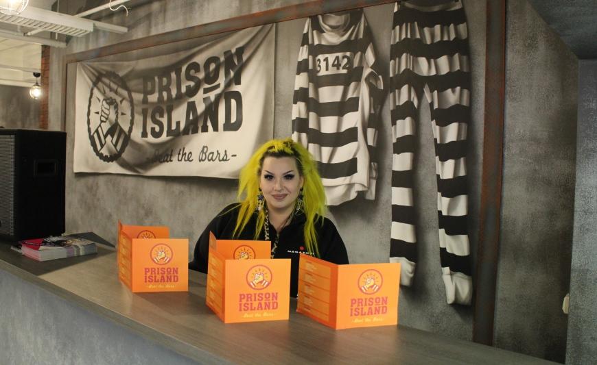 Linda opasti meidät Prison Islandin saloihin ja organisoi seikkailumme aikana Megazone-lastensynttäreitä. Kuva: KivaaTekemistä.fi