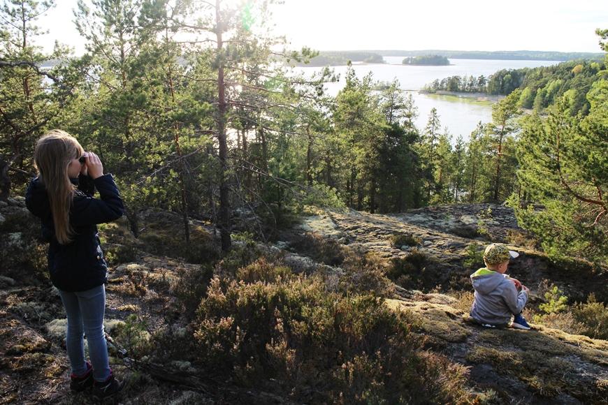 Kallioiden päältä oli hienot näkymät merelle, Tyyvikinlahdelle. Kuva: KivaaTekemistä.fi