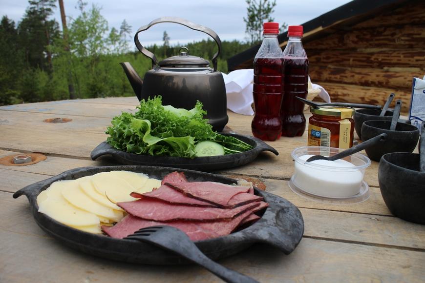 Eco Camp -aamiainen nokipannukahvin kera. Kuva: KivaaTekemistä.fi