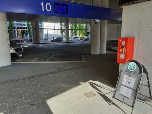 Tikkurilan linja-autoaseman laituri 10 ja sinne saapuva Sipoonkorpi Hop-On Hop-Off-bussi.