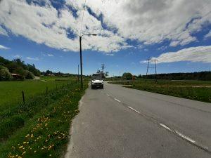 Sipoonkorpi Hop-On Hop-Off-bussi lähestyy pysäkkiä.
