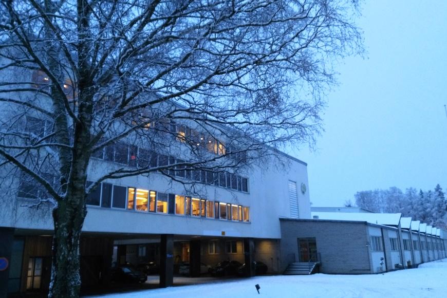 Talviaamun kuva toimistomme pihalta. Ainutlaatuinen, suojeltu funkkisrakennus Tuusulan Amerintiellä toimi aikanaan Amer-Yhtymän pääkonttorina, oikealla entinen Amerin tupakkatehdas. Nykyään kiinteistössä toimii useita yrityksiä. Kuva. KivaaTekemistä.fi