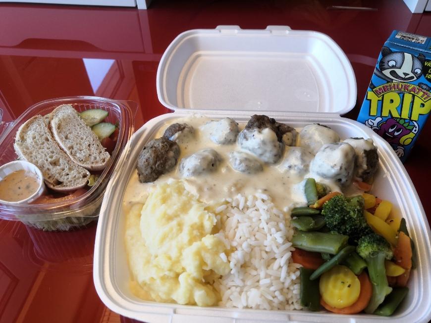 Lounas Amerikan omatekoiset lihapullat, muusi, riisi, kasvikset ja salaatti 8.4. Näistä riitti vielä illaksi mikrossa! :) Kuva: KivaaTekemistä.fi