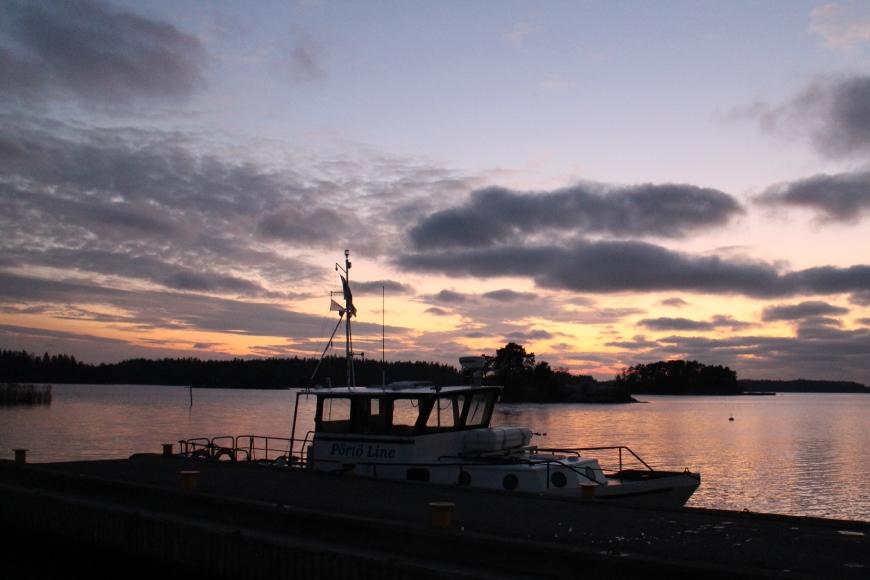 Sipoon Gumbostrandin taivas ja meri lumosivat joulukuun iltana juttukeikalla. Kuva: KivaaTekemistä.fi
